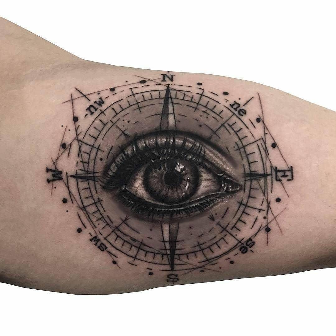 蒲先生大臂写实眼睛指南针纹身图案